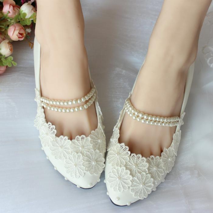 chaussure mariage femme, modèle en dentelle blanche et perles blanches, deux tours de perles blanches autour de la cheville, ballerines, chaussure plate mariage