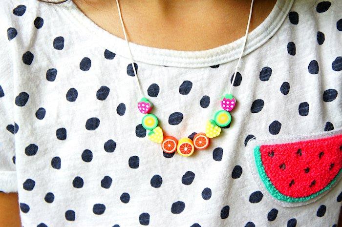 collier de fruits figurines artificielles enfilées sur un fil blanc, idées loisirs créatifs adultes, tee shirt blanc à pois noirs