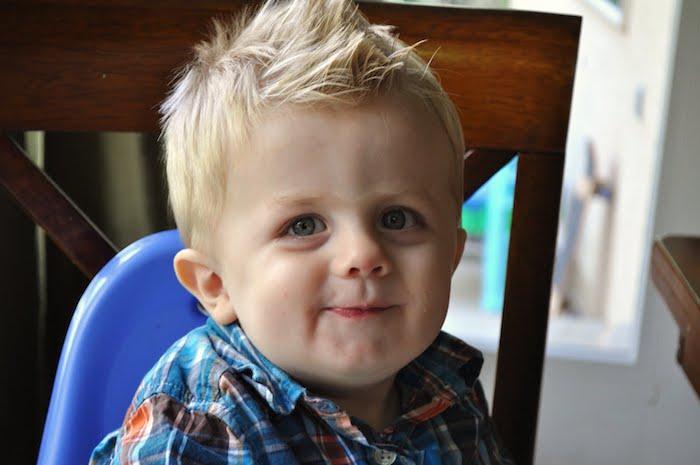 cheveux de dessus hérissés, coiffure garcon blond, chemise originale à carreaux, photo mignonne