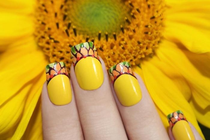 exemple de nail art originale pour l'été avec vernis de base jaune et bouts colorés à design florale, idée nail art facile à domicile