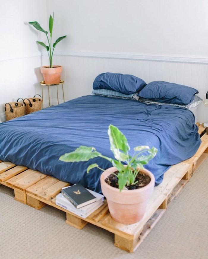 sommier de lit avec quatre palettes europe dans déco minimaliste