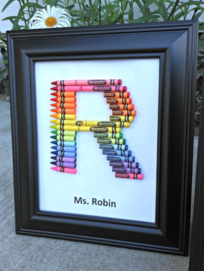 idée de cadre noir décoré de monogramme en crayons de couleurs, nom de la maitresse, cadeau maitresse personnalisé