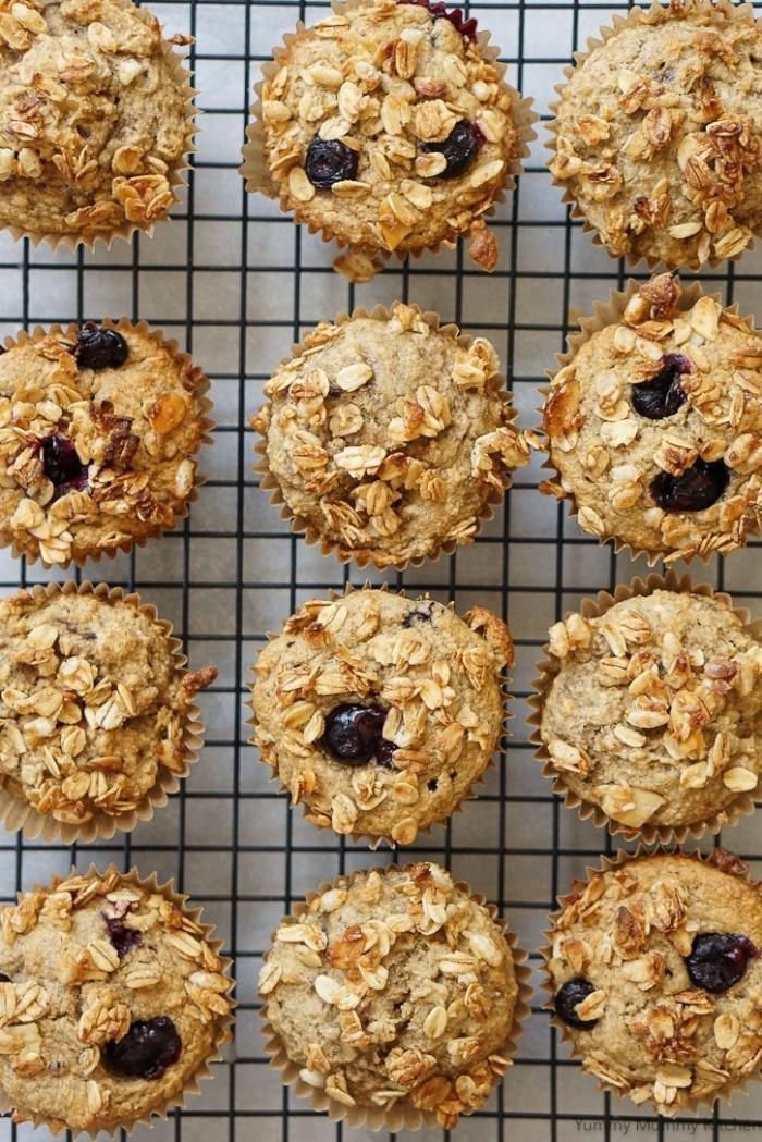 recette healthy de muffins vegan moelleux à la banane, farine d'avoine sans gluten saupoudrés de myrtilles et granola, recettes pâtisserie vegan
