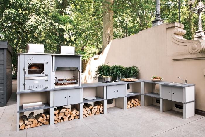 espace extérieur avec modele de cuisine aménagée en gris et bois, idée meuble de rangement extérieur ouvert ou fermé