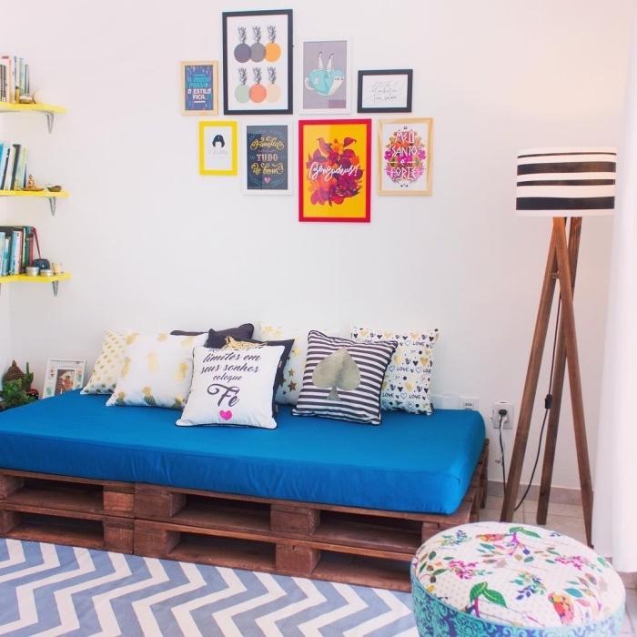 déco chambre ado avec un coin de lecture aménagé avec banc en palette couverte de coussins et mur de cadres