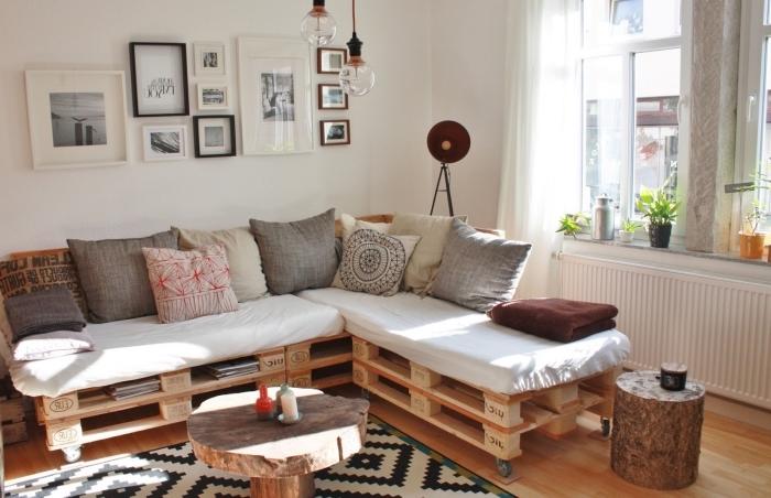 exemple de salon aménagé en style cozy avec canapé d'angle en palette et tapis à design scandinave aux motifs blancs et noirs