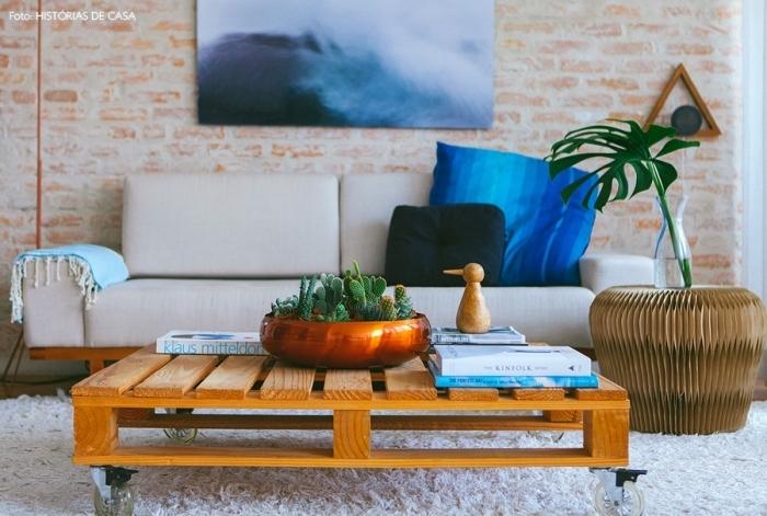salon moderne d'aspect loft avec une table basse originale au look vintage réalisée à partir d'une palette à roulettes