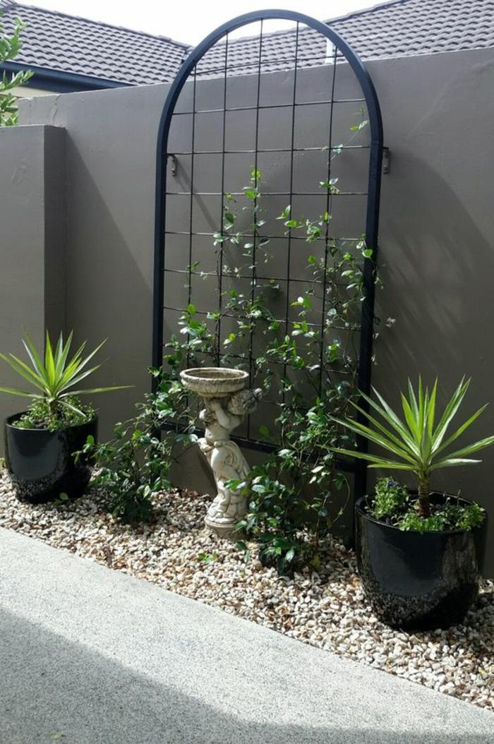 habillage mur exterieur, revetement mural exterieur en gris perle, décoration avec le cadre en métal noir d'une vieille fenêtre, munie de fils de fer pour pouvoir supporter des plantes rampantes
