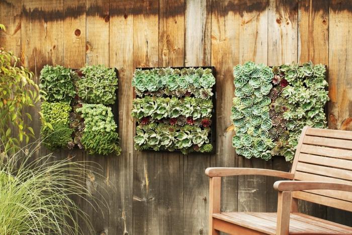 trois panneaux en bois clair avec des cactus et des plantes exotiques, cloison végétale, cloison en bois clair, fauteuil de relax en bois clair , mur vegetal exterieur palette
