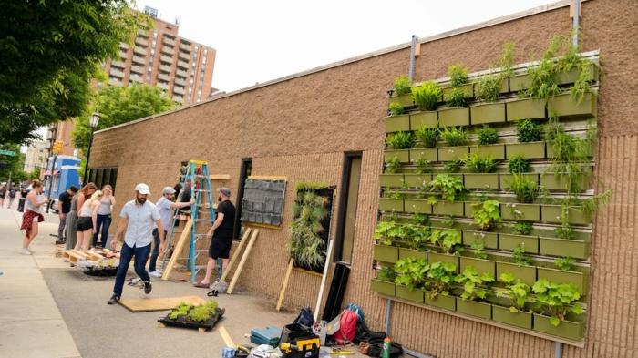 mur végétal palette, édifice bas avec des murs en couleur marron clair, grand panneau carré avec des porte-plantes en plastique verte, mur végétalisé