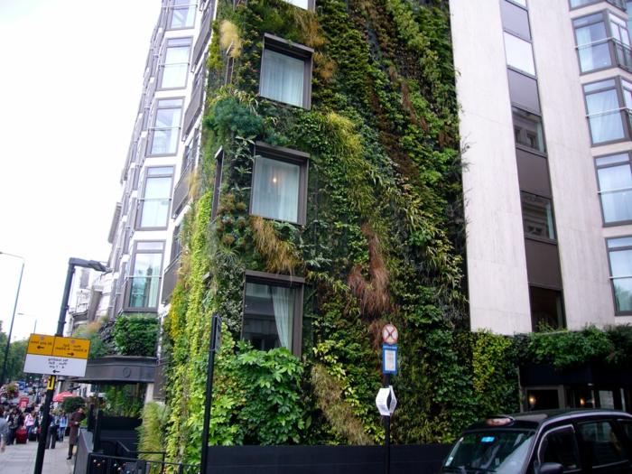 du vert en ville, culture verticale avec des plantes vertes, rouges et jaunes, hôtel avec un mur recouvert de plantes, mur vegetal exterieur