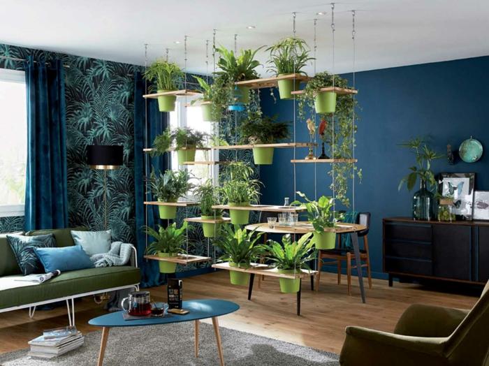 jardin vertical avec des tablettes en bois clair avec des trous pour recueillir de cache-pots verts, plantes vertes, séparateur d'espace végétal pour salon et salle a manger