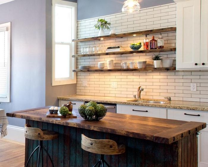 rangement horizontale cuisine avec étagères de bois bruts équipées d'éclairage led sur un pan de mur au carrelage briques blanches