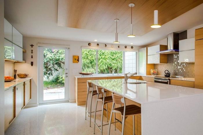 décoration intérieur cuisine blanche et bois au carrelage blanc laqué et peinture murale blanche avec meubles bois