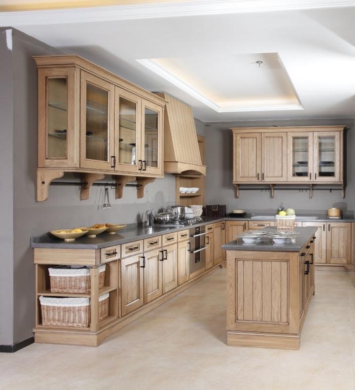 idée comment aménager une cuisine aux murs taupe et meubles de bois avec plafond suspendu à éclairage néon