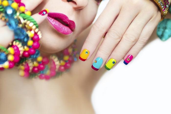 deco ongle french multicolore avec cristaux, idée comment faire une déco nail avec base et bouts de couleurs différentes