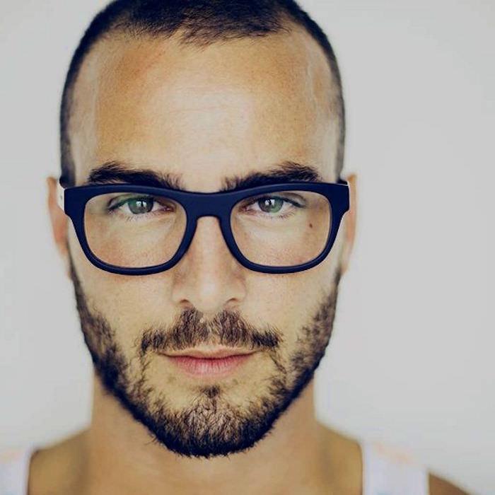 coupe de cheveux tendance homme courte pour début de calvitie barbe courte clairsemée et lunettes