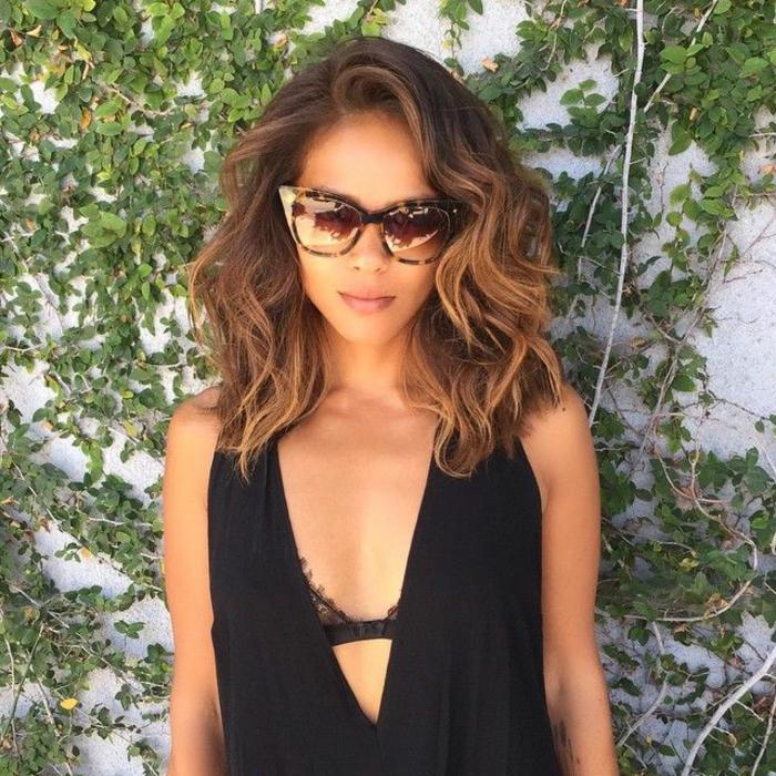 cheveux ombré hair chatain, lunettes trendy avec print animal, femme aux cheveux chatains