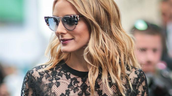 Olivia avec une blouse dentelle, lunettes tendances et jolie coiffure, ombré hair miel