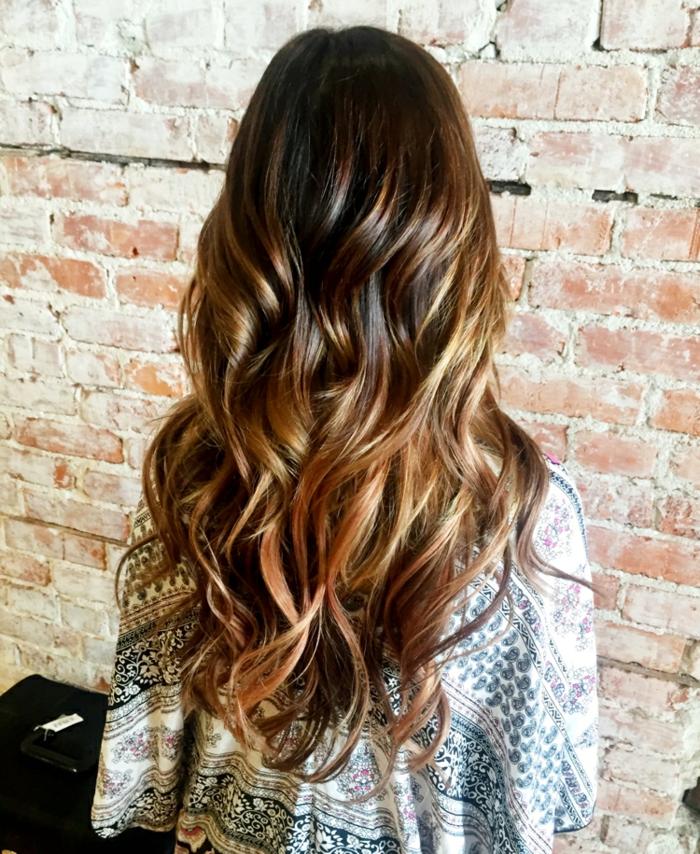 ombrage cheveux, tie and dye miel sur cheveux chatain foncé, couleur cheveux tendance