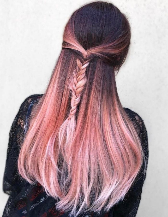 jolie coiffure romantique avec tresse sur cheveux de base noire aux pointes éclaircies et colorées en rose pastel