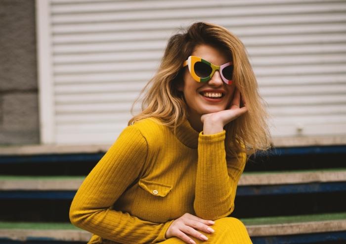 technique ombré ou coloration avec meche miel sur cheveux de base châtain foncé, robe longue pull aux manches longues de couleur jaune moutarde