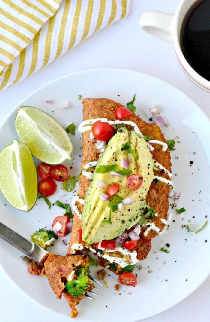 recette healthy d'omelette vegan sans oeuf, à la farine de pois chiches, à l'avocat, tomates et herbes fraîches