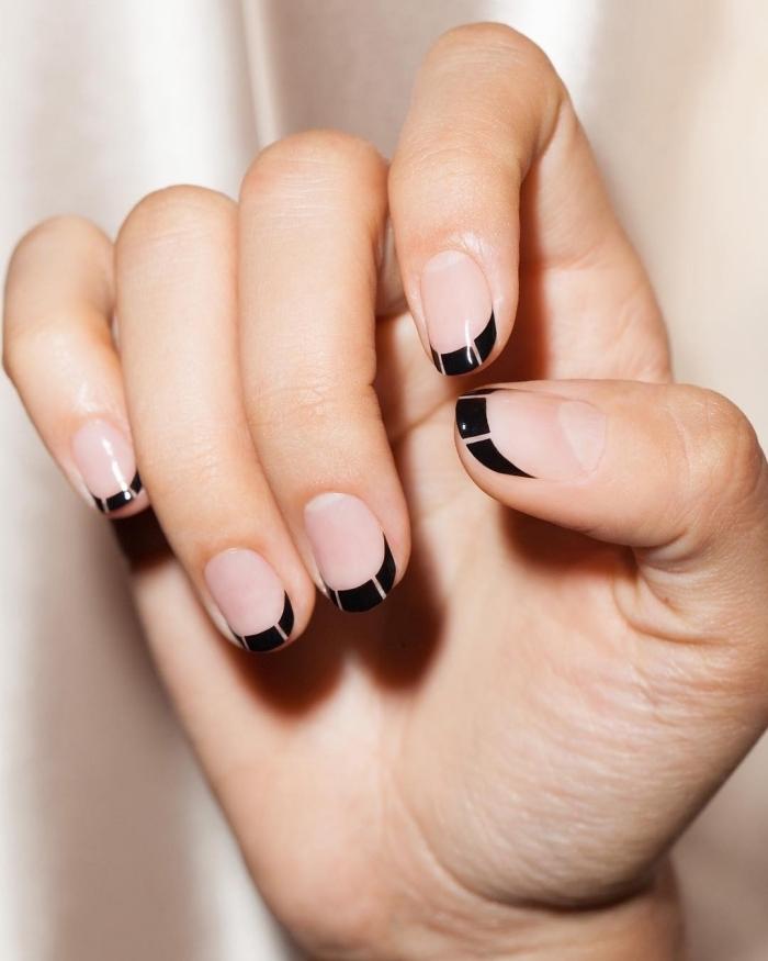 deco ongle french moderne avec base transparente et traits bouts en noir rayé, modèle de manucure facile à domicile