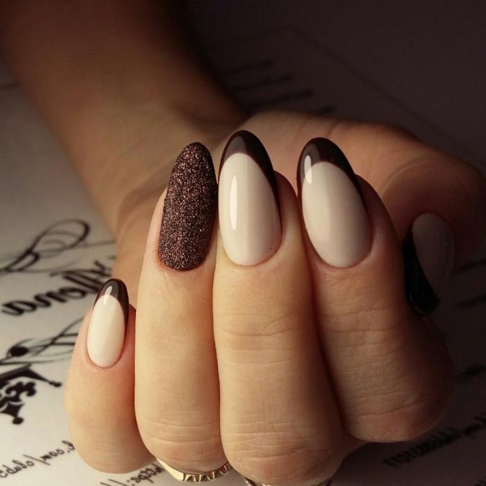 modèle de manucure française en version marron sur ongles longs à forme amande, nail art déco avec glitter marron