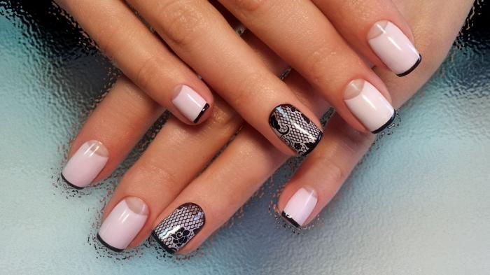 manucure romantique sur ongles mi-longs à effet demi-lune transparente et bouts noirs avec base rose pastel