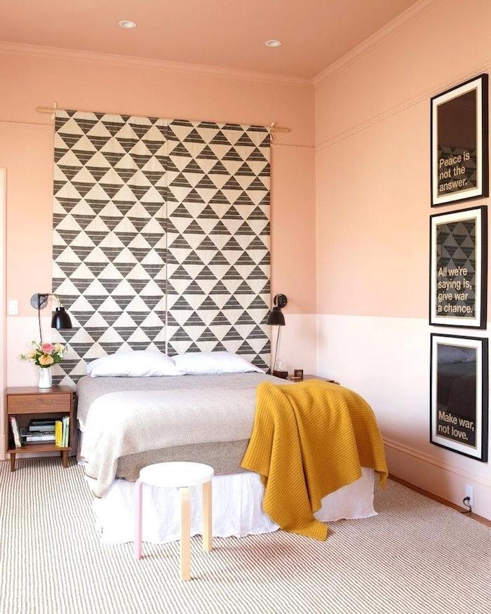 Peinture mur chambre parentale moderne modérer un style très fort et coloré bicolore mur blanc et orange pêche