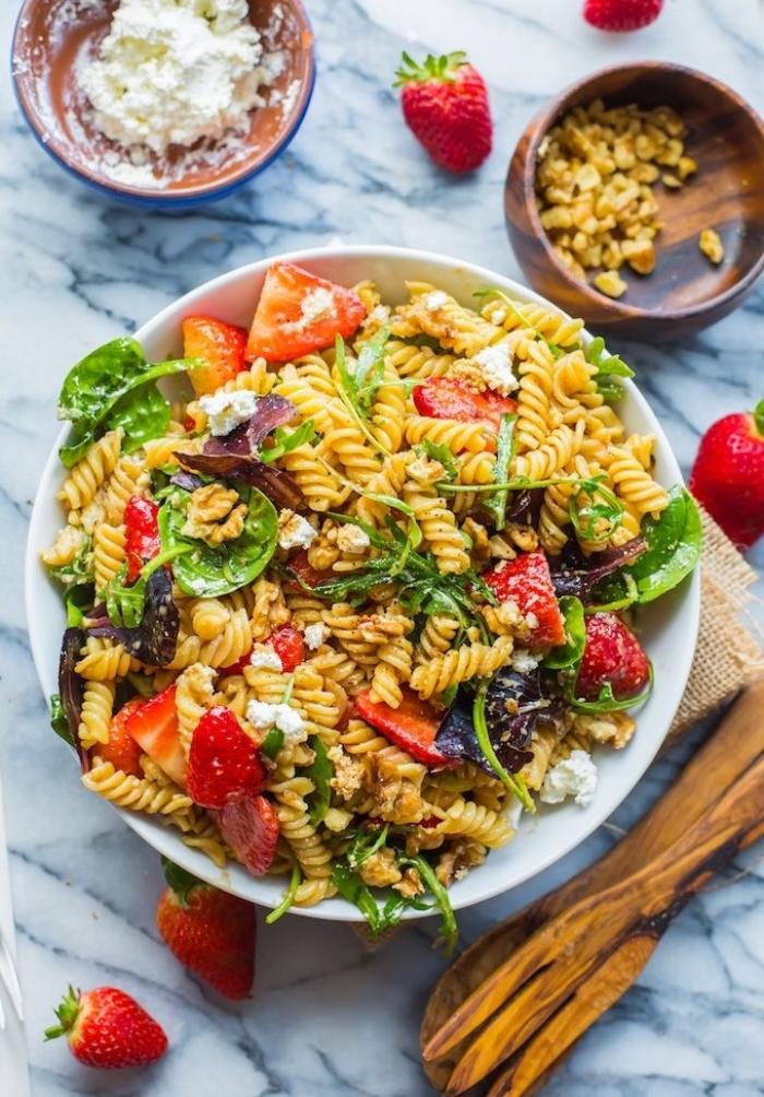 recette estivale salade de pâtes spirales aux épinards, fraises et fromage feta, à la vinaigrette balsamique