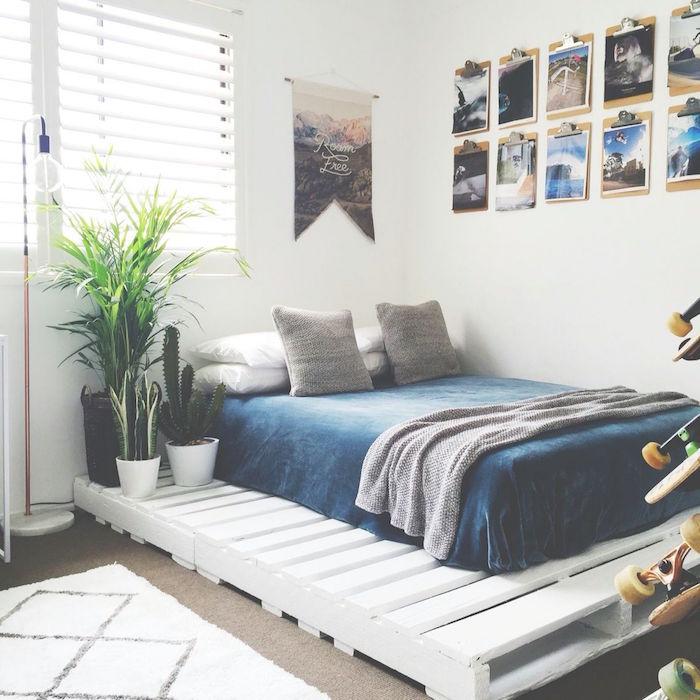 lit avec grandes palettes blanches pour matelas double et table de chevet pour déco boheme dans chambre blanche