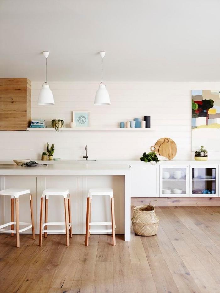 comment aménager une cuisine bois clair au plafond blanc et parquet bois clair avec ilot central et meubles en bois blanc