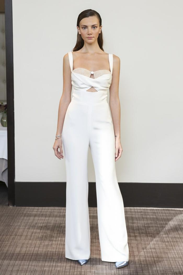 tailleur pantalon femme pour ceremonie, modèle évasé, bustier en blanc te beige, bretelles blanches, légère ouverture devant en-dessous du buste, chaussures bouts pointus couleur argent
