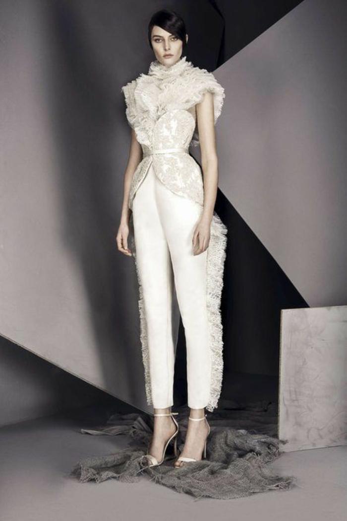tailleur pantalon femme chic pour mariage en couleur ivoire, pantalon et top aux franges, col avec fraise en dentelle, sandales blanches talons aiguilles