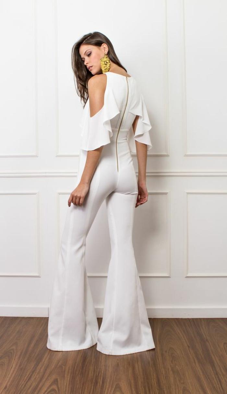 tenue ceremonie femme, combishort mariage, pantalon blanc moulant, longue fermeture éclair sur le dos, épaules dénudées, manches avec des volants