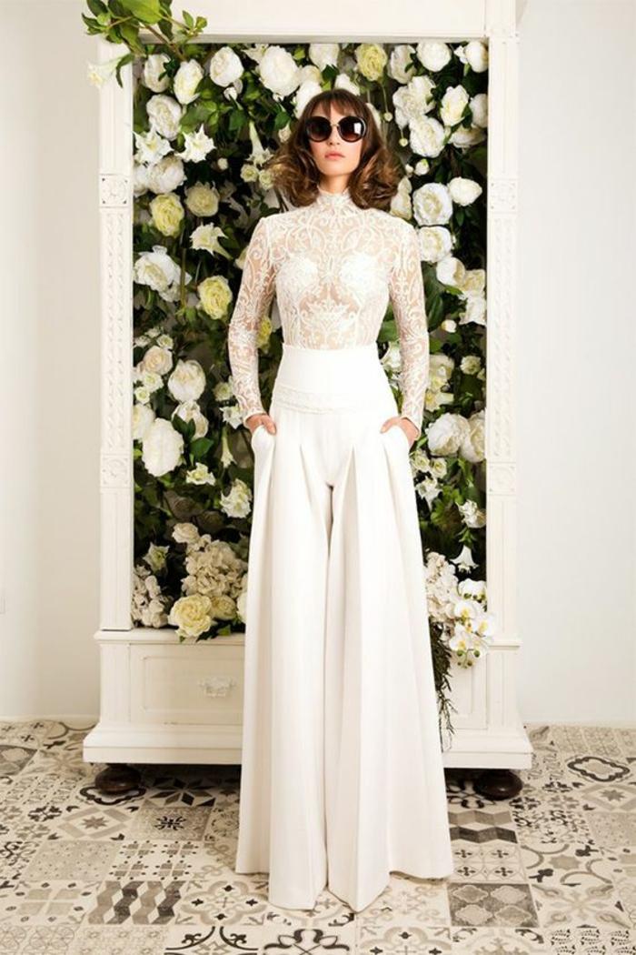 combishort mariage en blanc, top en dentelle blanche aux manches longues moulantes, tailleur pantalon femme pour ceremonie
