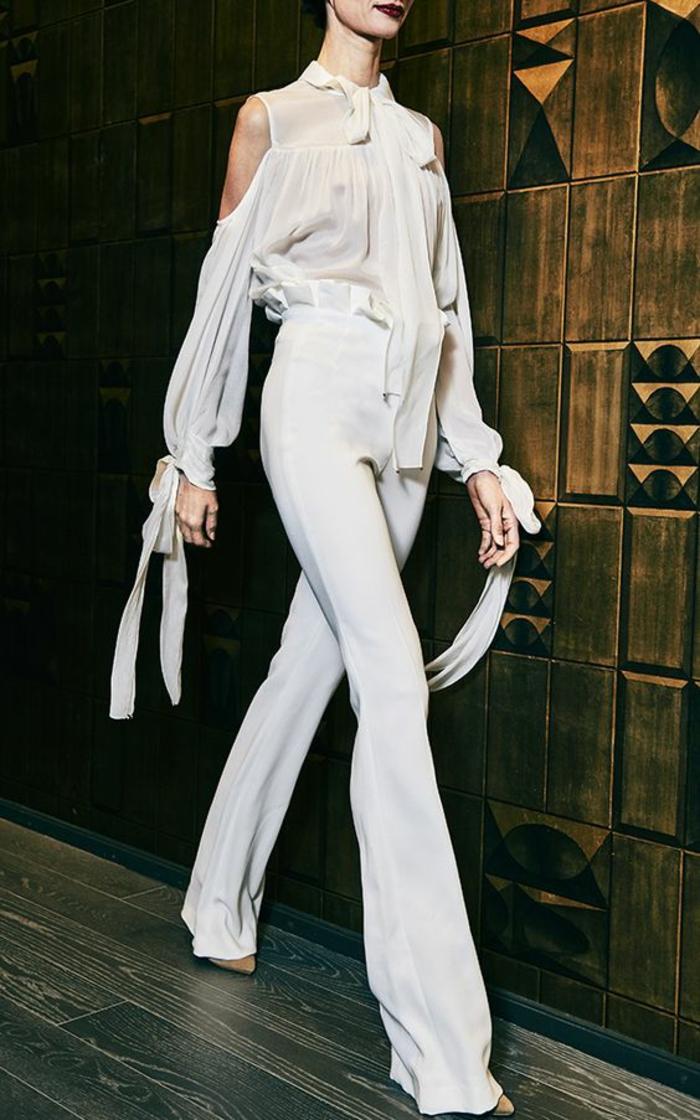 tailleur pantalon femme cocktail en blanc, tailleur pantalon femme pour ceremonie, combishort mariage, manches longues aux épaules dénudées avec des rubans aux nœuds noués sur les ourlets