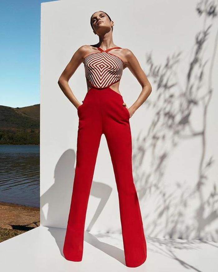 tenue ceremonie femme en rouge, pantalon droit sans pinces, top avec des motifs cercles rouges et blancs, tailleur pantalon femme chic pour mariage