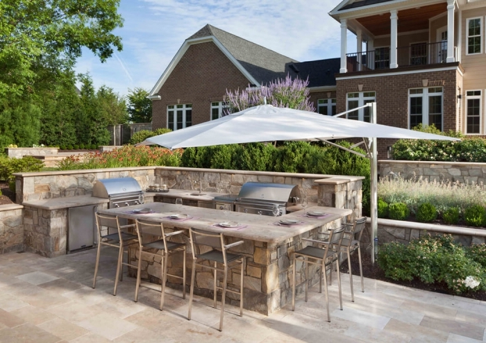 aménagement de cuisine en L avec ilot et chaises de bar, choix d'équipement cuisine d'été aux matériaux résistants