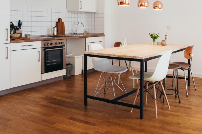 accessoires de cuivre à combiner avec matériaux naturels et bruts, déco cuisine avec meubles bois et finitions noir mate
