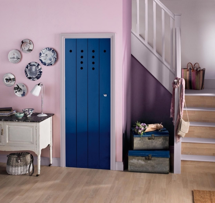 idée déco originale pour sublimer le hall d'entrée et l'escalier de style rustique chic grâce aux couleurs des murs et de la porte interieure peints en violet et bleu marine
