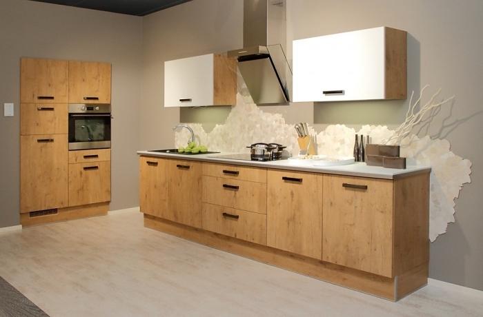 aménagement cuisine de bois aux murs taupe et plancher beige avec meubles de bois marron et comptoir blanc