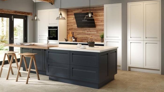 design intérieur moderne dans une cuisine aux murs gris clair avec meubles bois blanc et pan de mur en bois
