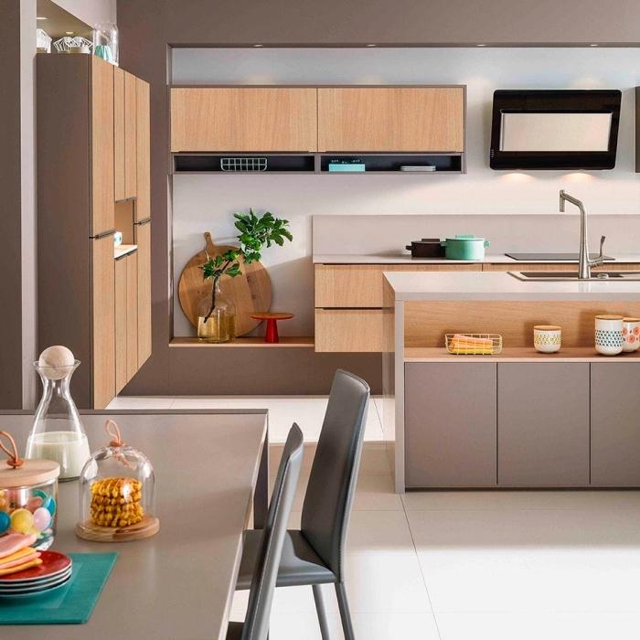 rangement cuisine en bois clair et taupe, modèle de décoration intérieur cuisine au carrelage sol blanc et murs taupe