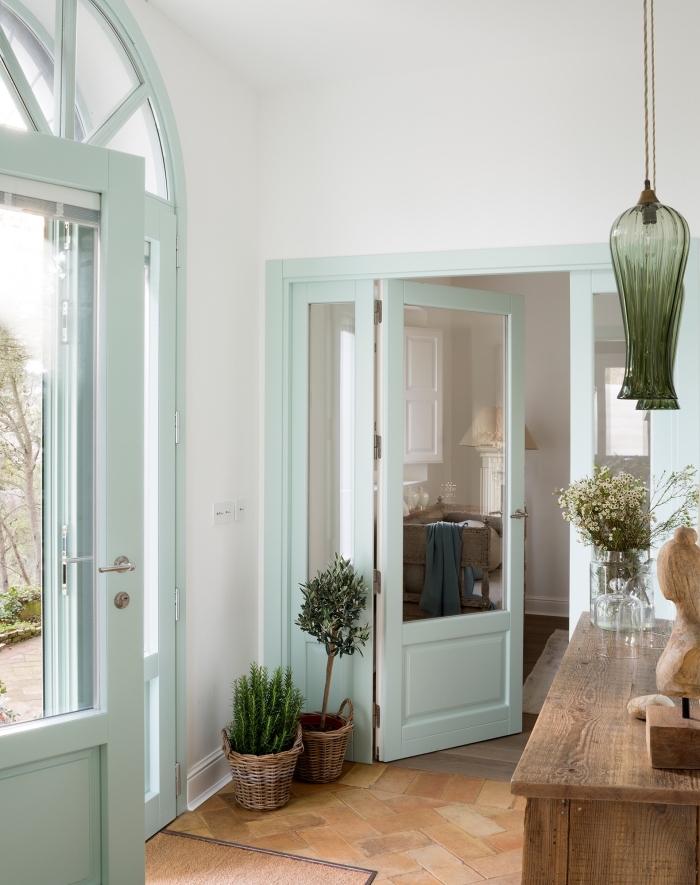 quelle couleur peinture bois inteureur pour pour mes portes, des portes vitrées couleur vert d'eau qui rehaussent la déco champêtre de cet hall d'entrée