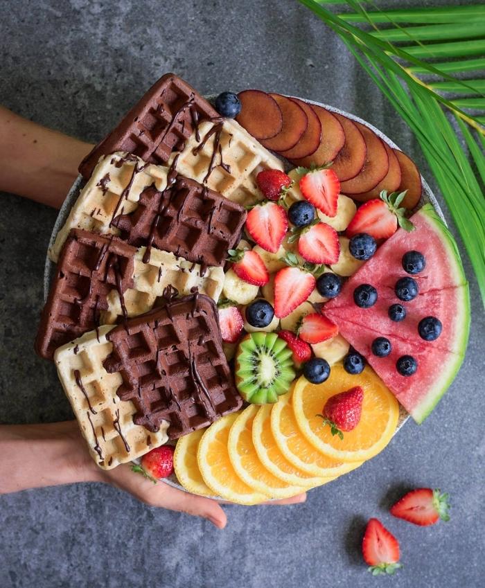 recettes de gaufres vegan sans oeuf, sans lactose ni sucre ajouté garnis de fruits, régime vegan recette de gaufres minceur