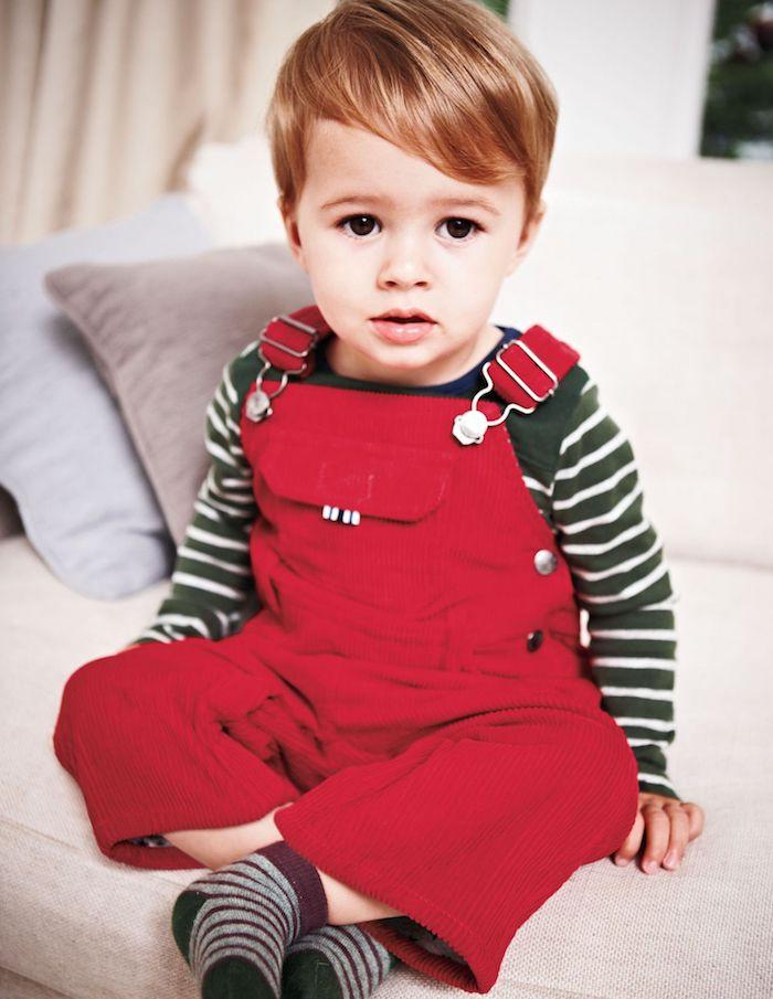 salopette rouge, coupe cheveux bébé garçon classique avec volume et frange asymétrique, cheveux blond clair
