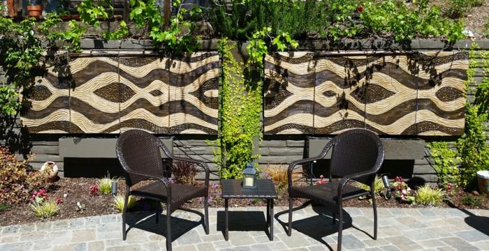 habiller un mur extérieur, revetement mural exterieur avec aménagement extérieur maison, salon de jardin en rotin PVC marron foncé, petite table basse carrée, revetement du sol de jardin en dalles style rustique en couleur beige et grise